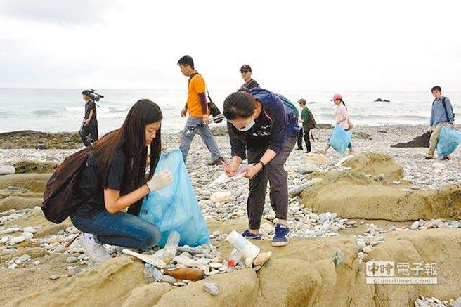 清淨海洋行動聯盟連續4年統計,塑膠製品、保麗龍碎片、玻璃瓶及各類材質的免洗餐具皆高居每年垃圾排行榜前3名。(翻攝自黑潮海洋文教基金會網站)