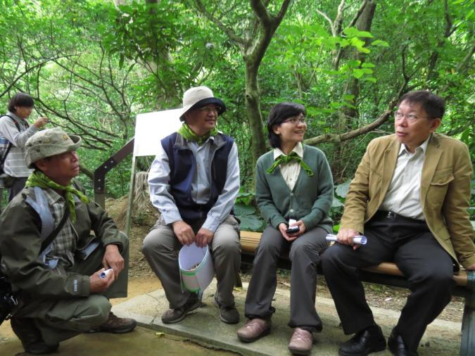 柯P專心聆聽資深夥伴林智謀(左)介紹公園生態後好奇發問